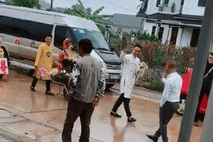 Chú rể đem 7 xe rùa đến rước dâu khiến nhà gái 'cười như được mùa', người đi đường vén áo mưa chụp vội