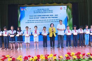 Trao 200 suất học bổng quỹ 'Vừ A Dính' tại Kiên Giang