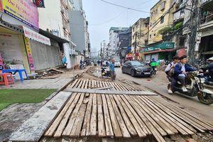 Dự án mở rộng phố Vũ Trọng Phụng rùa bò, dân Thủ đô khổ sở bắc cầu vào nhà