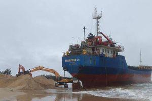 Nỗ lực 'giải cứu' tàu hàng Hoàng Tuấn 26 mắc cạn tại Cửa Việt
