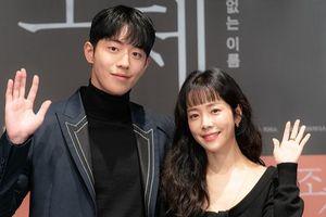 Han Ji Min e ấp bên 'bạn trai' Nam Joo Hyuk mặc kệ khoảng cách 12 tuổi