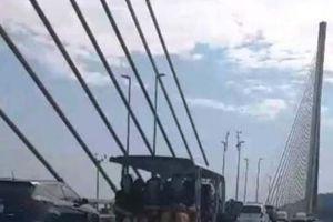 Thành phố Hạ Long xử lý xe điện chở khách đi trên cầu Bãi Cháy