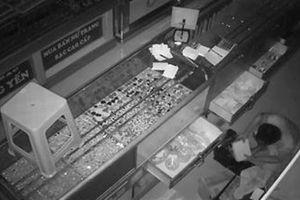 Trộm đục mái tôn, lấy 1,2 tỷ đồng nữ trang và camera