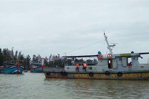 'Giải cứu' tàu cá mắc cạn sau bão số 13