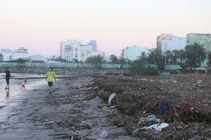 Bãi biển Đà Nẵng ngập ngụa trong rác sau bão số 13