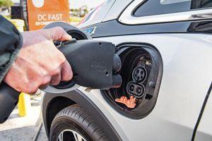 Từ năm 2030, nước Anh cấm bán ô tô chạy bằng xăng, dầu