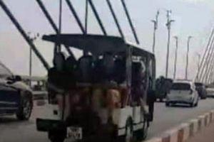 Phạt tiền, tước GPLX tài xế xe điện chở khách đi trên cầu Bãi Cháy