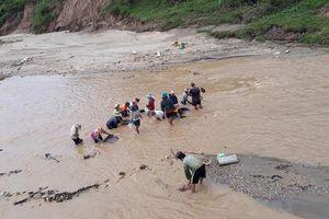 Người dân bất chấp nguy hiểm xuống sông đãi vàng