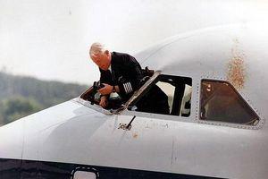 Vụ tai nạn British Airways: Rơi kính chắn gió, cơ trưởng bị hút ra khỏi cửa sổ ở độ cao 5.200m