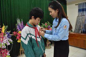 Trao tặng Huy hiệu 'Tuổi trẻ dũng cảm' cho nam sinh cứu hai em khỏi đuối nước