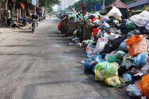 Công ty môi trường 'om' lương công nhân, phố Hà Nội lại ngập ngụa rác