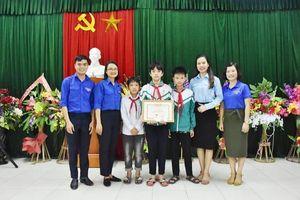 Trao tặng Huy hiệu 'Tuổi trẻ dũng cảm' cho nam sinh lớp 9 cứu 2 em nhỏ đuối nước