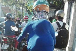 Sợ con say nắng, bà mẹ liền có hành động khiến nhiều người chú ý