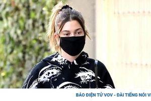 Bà xã Justin Bieber buồn bã ra phố sau khi phủ nhận tin đồn chồng gặp gỡ Selena