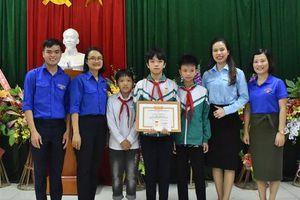 Trao huy hiệu 'Tuổi trẻ dũng cảm' cho nam sinh lớp 9 cứu hai em nhỏ đuối nước