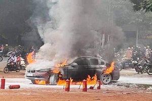 BMW bị thiêu rụi, tài xế thoát chết