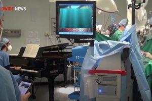 Buổi diễn Piano đặc biệt bên trong phòng phẫu thuật