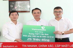 Vietcombank Hà Tĩnh hỗ trợ 125 triệu đồng cho các trường học vùng lũ