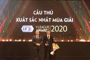 V-League 2020: Tiền vệ Văn Quyết giành giải Cầu thủ xuất sắc nhất