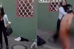 Đụng nhầm người phụ nữ, tên cướp bị ép khỏa thân giữa phố