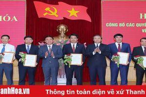 Trao Quyết định về công tác cán bộ cho các đồng chí Ủy viên Ban Thường vụ Tỉnh ủy, Ủy viên ban chấp hành Đảng bộ tỉnh Thanh Hóa khóa XIX
