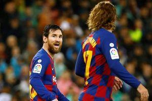 Griezmann bị CĐV Barca chặn xe và yêu cầu 'tôn trọng' Messi