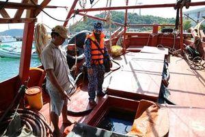 Bắt giữ tàu chở dầu không rõ nguồn gốc trên vùng biển Tây Nam