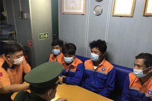 Cứu 4 thuyền viên trên tàu cá bị chìm, đưa về bờ an toàn