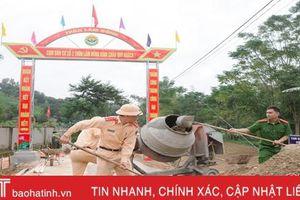 Cán bộ, chiến sỹ ở Hương Sơn gác ngày nghỉ cuối tuần, giúp dân làm nông thôn mới