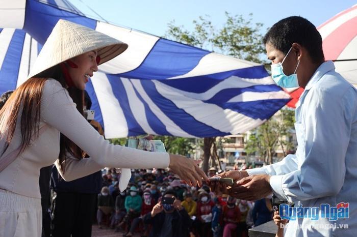 Ca sĩ Thủy Tiên trao kinh phí hỗ trợ cho người dân Quảng Ngãi khắc phục thiên tai, bão lụt