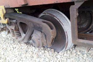 Hai toa của tàu hàng trật bánh, đường sắt Bắc - Nam ách tắc nhiều giờ