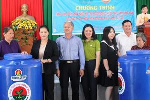 Chủ tịch Quốc hội trao 2.000 bồn chứa nước cho người dân Bến Tre