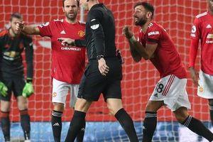 Tranh cãi nảy lửa phạt đền, Man United lần đầu vào Top 10 Ngoại hạng Anh