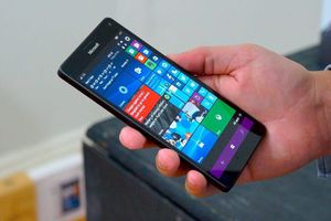 Microsoft Lumia 950 XL lỗi thời vẫn chạy mượt mà Adobe Photoshop