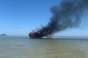 Tàu khách chở 18 người bốc cháy dữ dội giữa biển Cửa Đại
