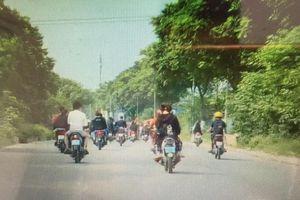 Nhanh chóng giải tán nhóm thanh niên không đội mũ bảo hiểm, che biển số xe máy đi trên Đại lộ Thăng Long