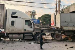 Container nổ lốp húc xe tải, lao xuyên nhà dân trong đêm