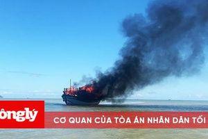 Tàu chở khách bốc cháy giữa biển, 18 người thoát chết