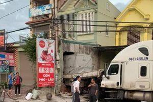 Container đâm xe tải xuyên qua nhà dân bên quốc lộ 1A