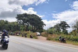 Phát hiện thi thể người đàn ông bị xe máy đè lên người bên quốc lộ