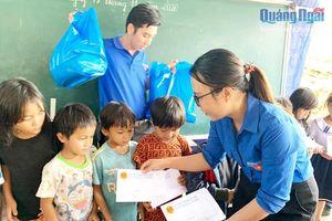 Tặng quà cho học sinh điểm trường Trà Khương