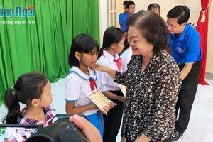 Quỹ học bổng Vừ A Dính, CLB 'Vì Hoàng Sa- Trường Sa thân yêu' trao học bổng cho học sinh khó khăn
