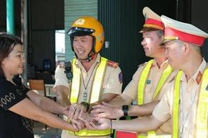 CSGT Đắk Lắk kịp thời cứu nữ tài xế bất tỉnh trên đường