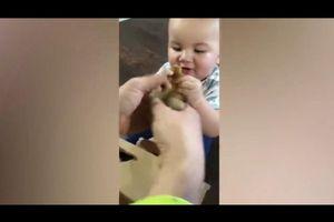 Em bé khóc lớn vì không được cho đồ chơi vào miệng