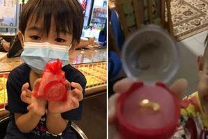 Đây mới là 'con nhà người ta': Cậu bé 6 tuổi dùng hết tiền sinh nhật để mua vàng tặng mẹ