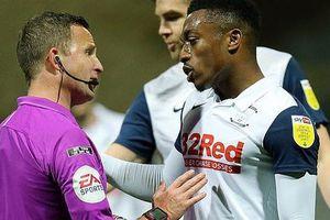 Bóp 'của quý' đối phương, cầu thủ Preston bị treo giò 3 trận