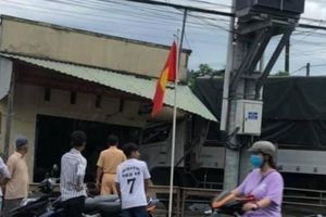 Nguyên nhân vụ xe tải húc đuôi xe buýt rồi lao vào nhà dân ở Cà Mau