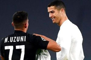 Ronaldo thân thiện khi đối thủ xin áo đấu