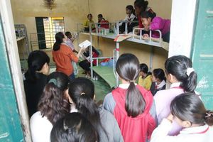 Báo SGGP tặng sách vở cho học sinh Nam Trà My, Quảng Nam