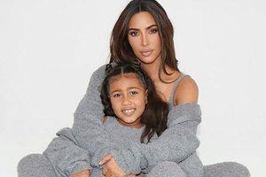 Kim Kardashian và con gái cưng mặc đồ đôi chụp hình quảng cáo